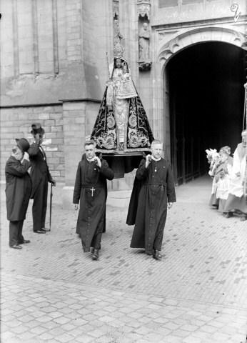 Fraters verlaten met het beeld van de Zoete Lieve Vrouw de Sint Jan.